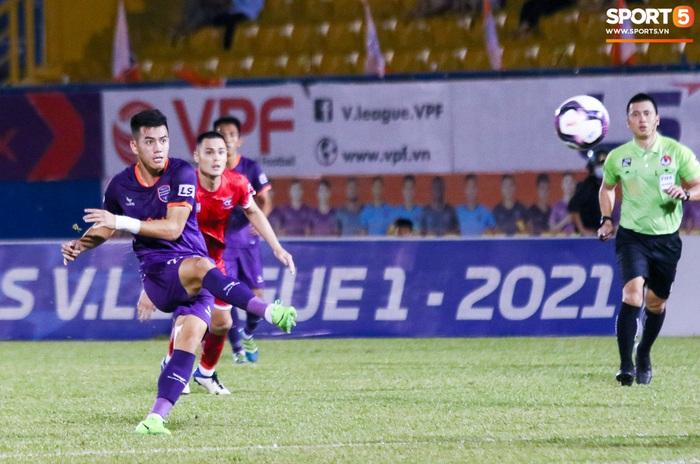 Tiền đạo con cưng của thầy Park bị cầu thủ Việt kiều khóa chặt - Ảnh 1.