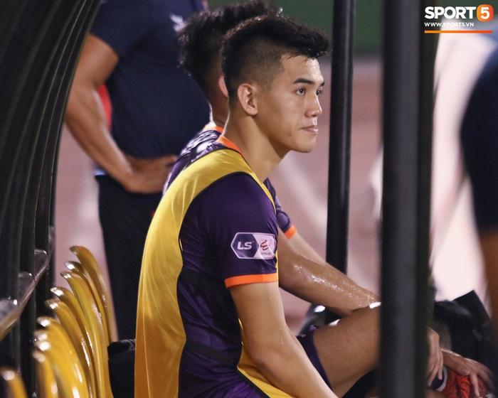 Tiền đạo con cưng của thầy Park bị cầu thủ Việt kiều khóa chặt - Ảnh 5.