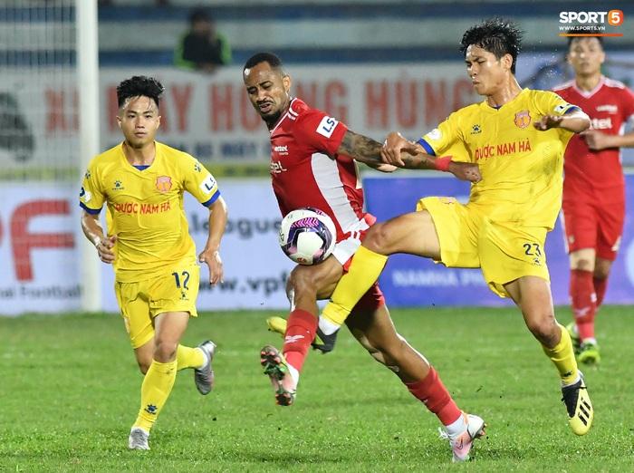 Liên hoàn cùi chỏ của ngoại binh Viettel FC khiến hai cầu thủ Nam Định nhăn nhó - Ảnh 1.