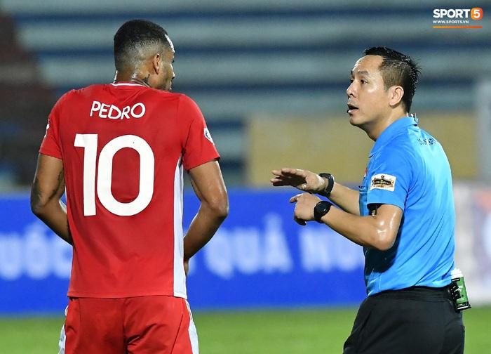 Liên hoàn cùi chỏ của ngoại binh Viettel FC khiến hai cầu thủ Nam Định nhăn nhó - Ảnh 4.
