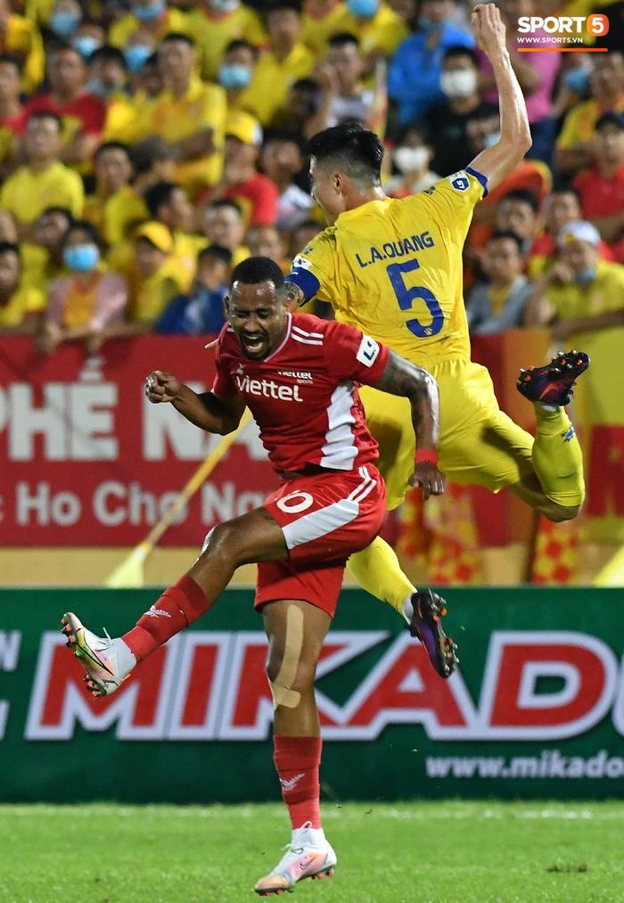 Liên hoàn cùi chỏ của ngoại binh Viettel FC khiến hai cầu thủ Nam Định nhăn nhó - Ảnh 6.