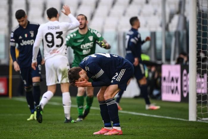 Đồng đội Ronaldo mắc sai lầm tai hại, Juve thua sốc tân binh - Ảnh 8.