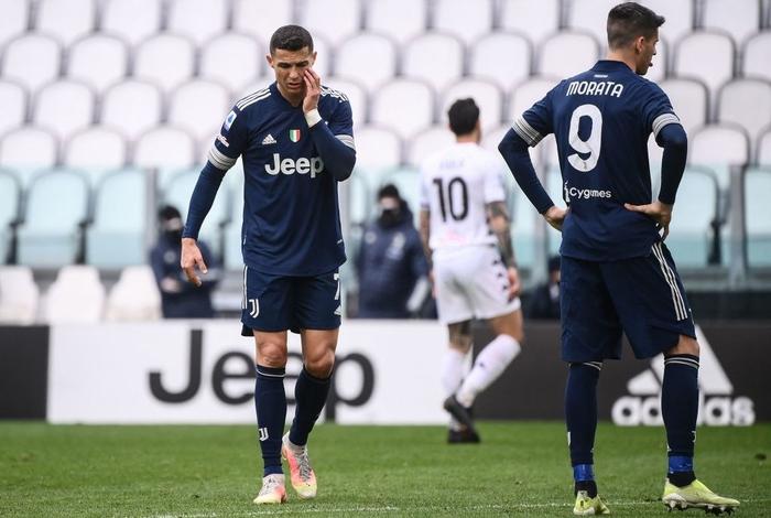 Đồng đội Ronaldo mắc sai lầm tai hại, Juve thua sốc tân binh - Ảnh 1.