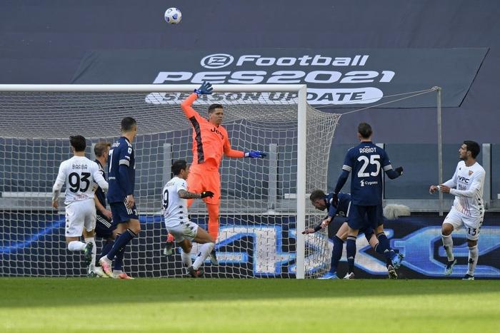 Đồng đội Ronaldo mắc sai lầm tai hại, Juve thua sốc tân binh - Ảnh 4.