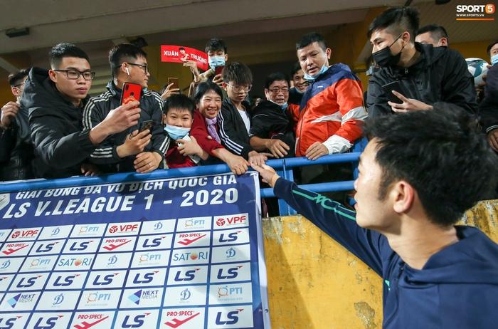 Xuân Trường gặp bố mẹ vào ngày 24/3 sau trận HAGL gặp Viettel ở sân Hàng Đẫy