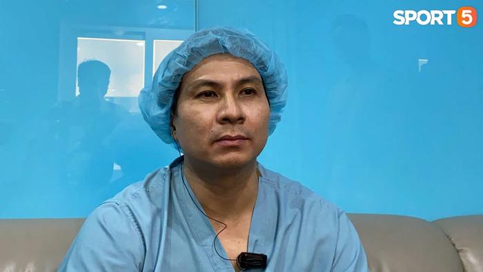 Bác sĩ phẫu thuật tiết lộ Hùng Dũng tránh được chấn thương cực nặng, sự nghiệp được bảo vệ - Ảnh 1.