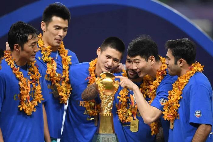 """Cầu thủ lao đao sau khi nhà vô địch Trung Quốc tuyên bố """"dừng hoạt động"""": Người bán nhà, người cuống cuồng đi làm thêm - Ảnh 2."""