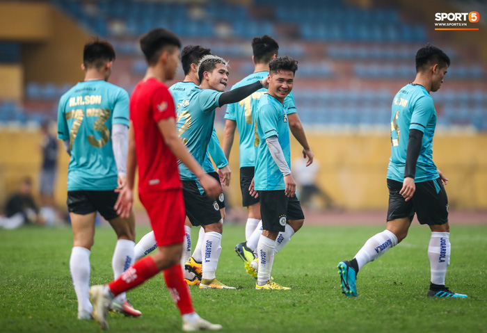 """Đình Trọng """"bẽn lẽn"""" xin lỗi đối thủ, chơi tròn vai trong chiến thắng của Hà Nội FC  - Ảnh 7."""
