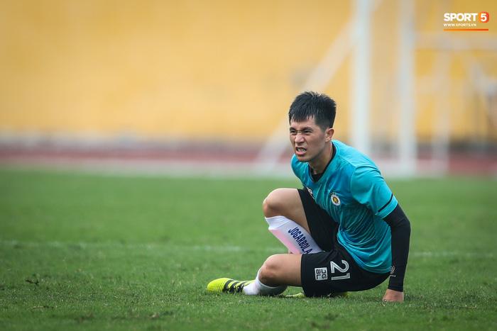 """Đình Trọng """"bẽn lẽn"""" xin lỗi đối thủ, chơi tròn vai trong chiến thắng của Hà Nội FC  - Ảnh 4."""