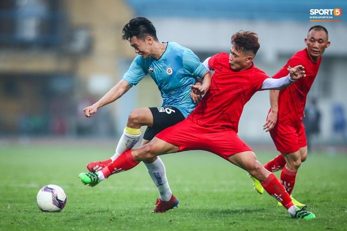 """Đình Trọng """"bẽn lẽn"""" xin lỗi đối thủ, chơi tròn vai trong chiến thắng của Hà Nội FC  - Ảnh 8."""