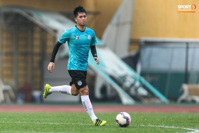 """Đình Trọng """"bẽn lẽn"""" xin lỗi đối thủ, chơi tròn vai trong chiến thắng của Hà Nội FC  - Ảnh 5."""