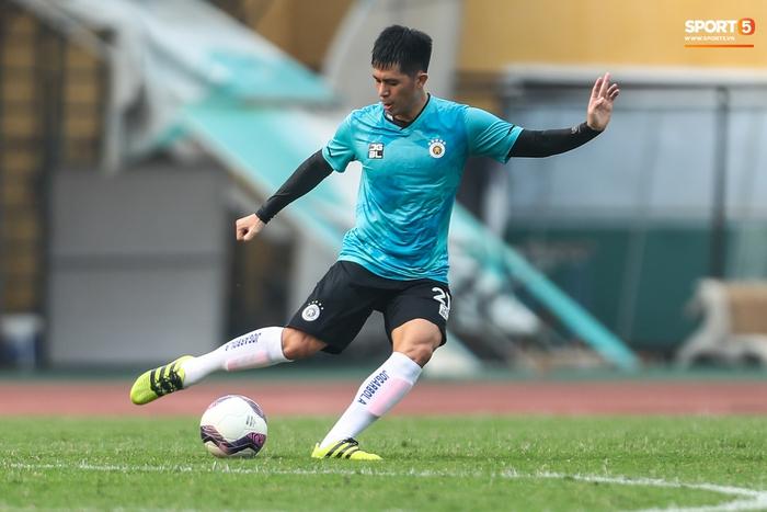 """Đình Trọng """"bẽn lẽn"""" xin lỗi đối thủ, chơi tròn vai trong chiến thắng của Hà Nội FC  - Ảnh 1."""