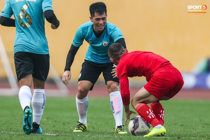 """Đình Trọng """"bẽn lẽn"""" xin lỗi đối thủ, chơi tròn vai trong chiến thắng của Hà Nội FC  - Ảnh 3."""