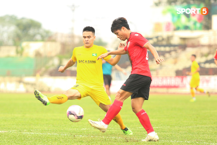 Phan Văn Đức thi đấu xông xáo, SLNA thua Hồng Lĩnh Hà Tĩnh - Ảnh 1.