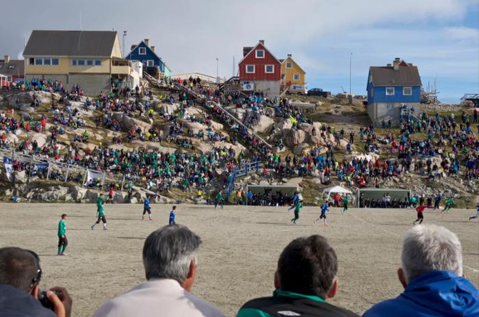 Lạ lùng giải bóng đá có 1-0-2 ở Vòng Bắc Cực: Vừa đá vừa ngắm cá voi, băng trôi - Ảnh 1.