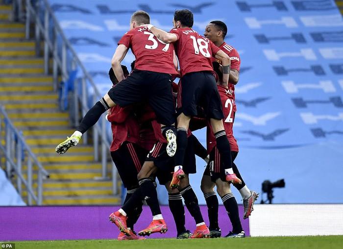 Man City siêu mạnh, nhưng MU là ngáo ộp ở Manchester - Ảnh 1.