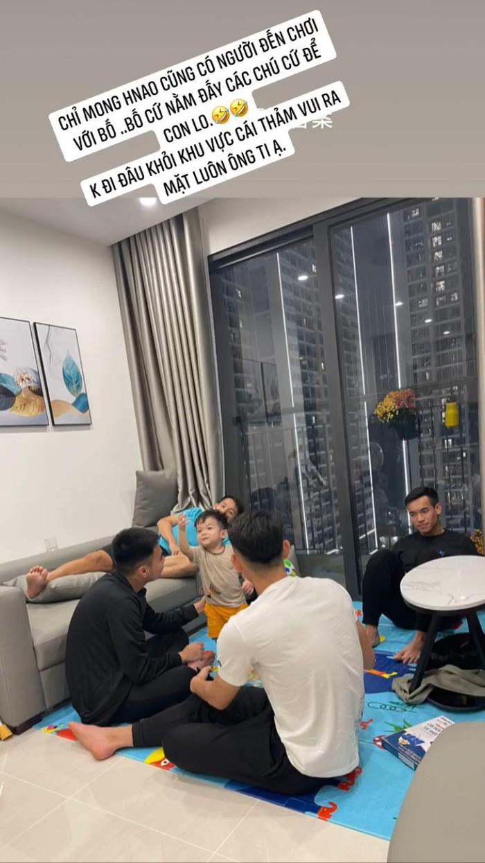 """Góc đáng yêu: Bé Titi """"vui ra mặt"""" khi các cầu thủ CLB Hà Nội đến thăm Hùng Dũng - Ảnh 1."""