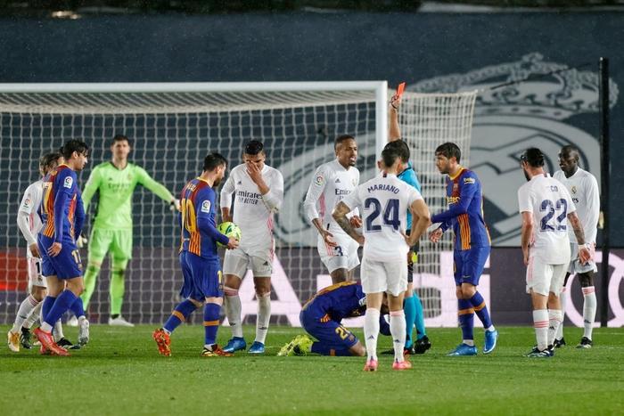 Tuyệt phẩm đánh gót giúp Real Madrid hạ Barcelona ở Siêu kinh điển, chiếm luôn ngôi đầu La Liga - Ảnh 9.