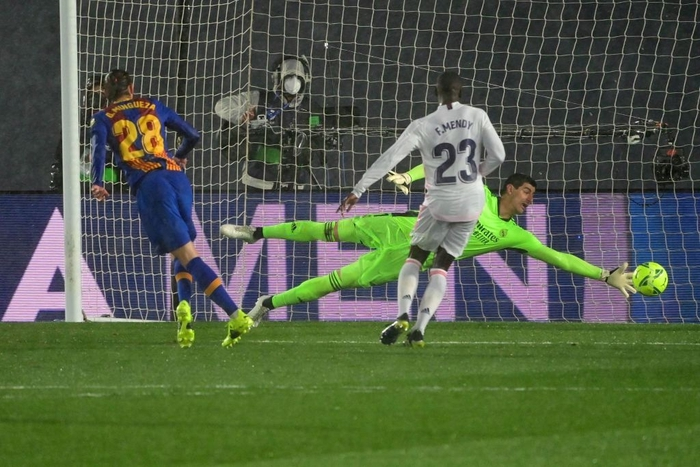 Tuyệt phẩm đánh gót giúp Real Madrid hạ Barcelona ở Siêu kinh điển, chiếm luôn ngôi đầu La Liga - Ảnh 7.