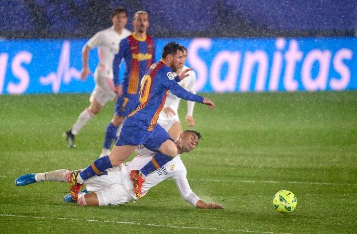 Tuyệt phẩm đánh gót giúp Real Madrid hạ Barcelona ở Siêu kinh điển, chiếm luôn ngôi đầu La Liga - Ảnh 1.