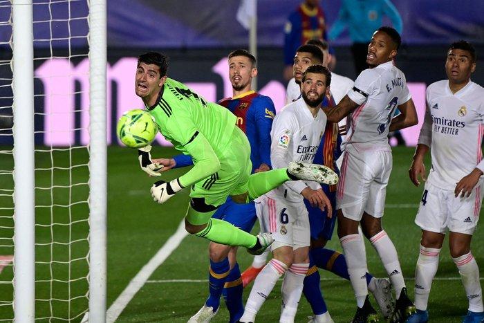 Tuyệt phẩm đánh gót giúp Real Madrid hạ Barcelona ở Siêu kinh điển, chiếm luôn ngôi đầu La Liga - Ảnh 5.