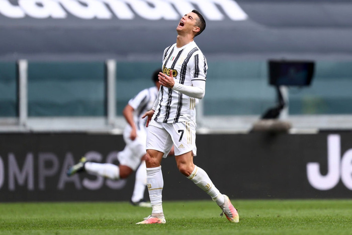 Ronaldo bỏ lỡ cơ hội khó tin, gây tranh cãi khi ném phăng áo đấu của Juventus - Ảnh 1.
