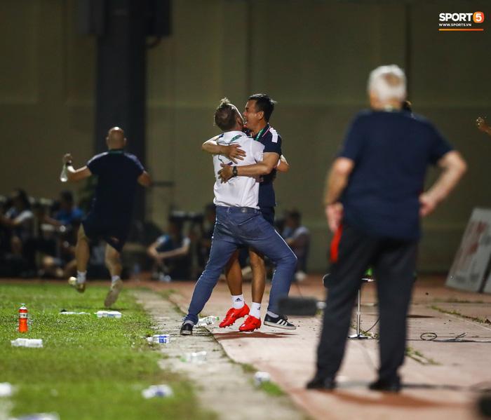 Trọng tài phải nhờ cảnh sát cơ động hộ tống rời sân Thanh Hóa - Ảnh 6.