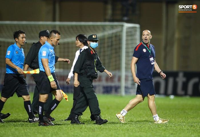 Trọng tài phải nhờ cảnh sát cơ động hộ tống rời sân Thanh Hóa - Ảnh 14.