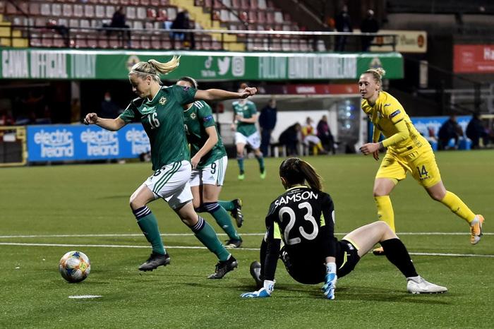 Bỏ bóng ăn người, nữ tuyển thủ Ukraine gián tiếp giúp đối thủ tạo nên cột mốc lịch sử - Ảnh 4.