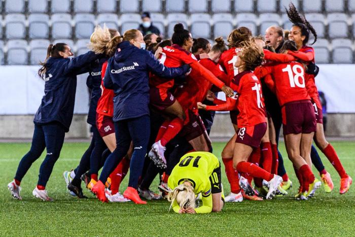 Bỏ bóng ăn người, nữ tuyển thủ Ukraine gián tiếp giúp đối thủ tạo nên cột mốc lịch sử - Ảnh 7.