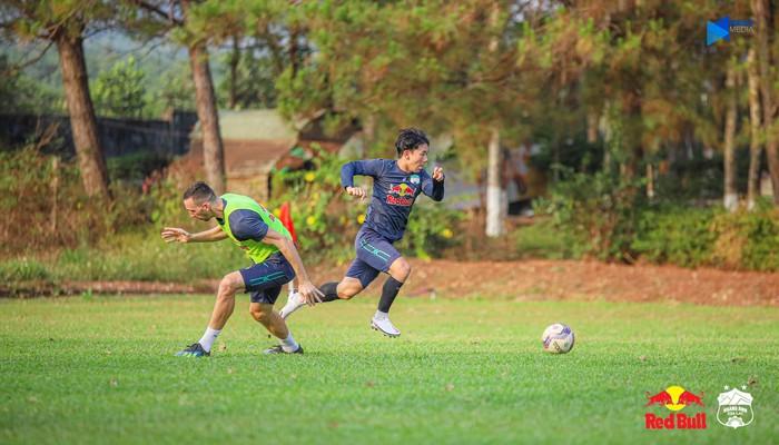"""HAGL và Hà Nội FC """"đốt nóng không khí"""" bằng buổi tập trước trận đối đầu trên sân Pleiku - Ảnh 1."""
