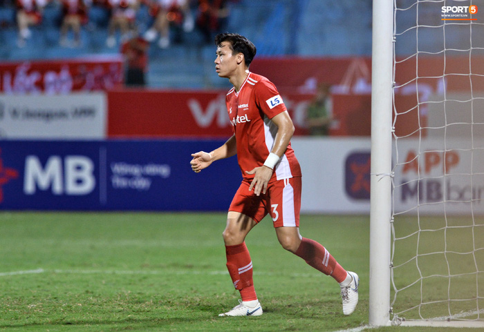 Bộ đôi trung vệ tuyển Việt Nam phì cười sau pha bóng hú hồn của Nguyên Mạnh  - Ảnh 2.