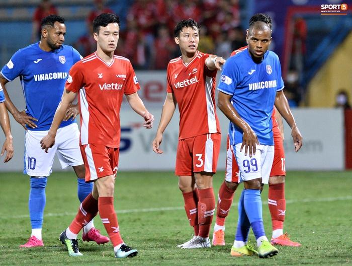 Bộ đôi trung vệ tuyển Việt Nam phì cười sau pha bóng hú hồn của Nguyên Mạnh  - Ảnh 5.