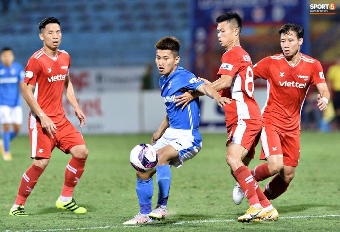 Bộ đôi trung vệ tuyển Việt Nam phì cười sau pha bóng hú hồn của Nguyên Mạnh  - Ảnh 7.