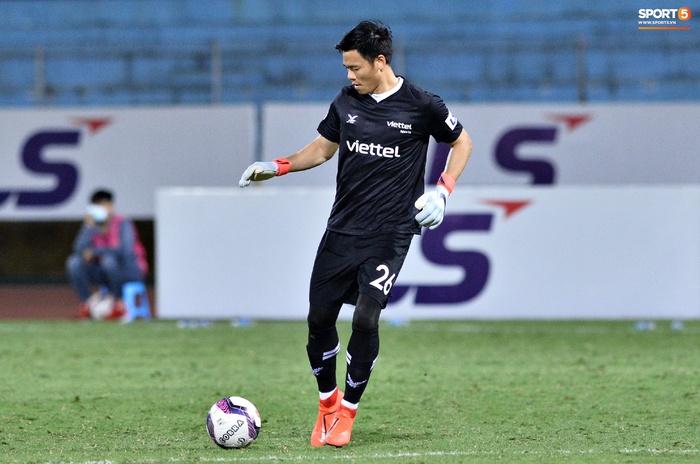 Bộ đôi trung vệ tuyển Việt Nam phì cười sau pha bóng hú hồn của Nguyên Mạnh  - Ảnh 4.