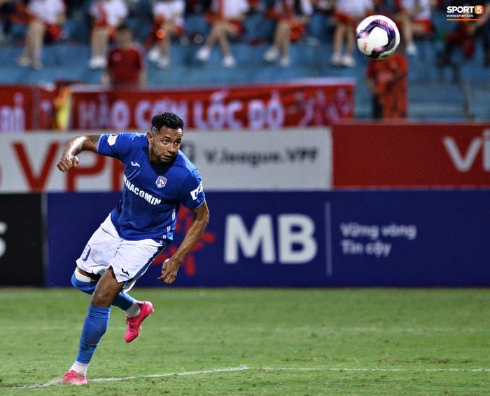 Bộ đôi trung vệ tuyển Việt Nam phì cười sau pha bóng hú hồn của Nguyên Mạnh  - Ảnh 8.