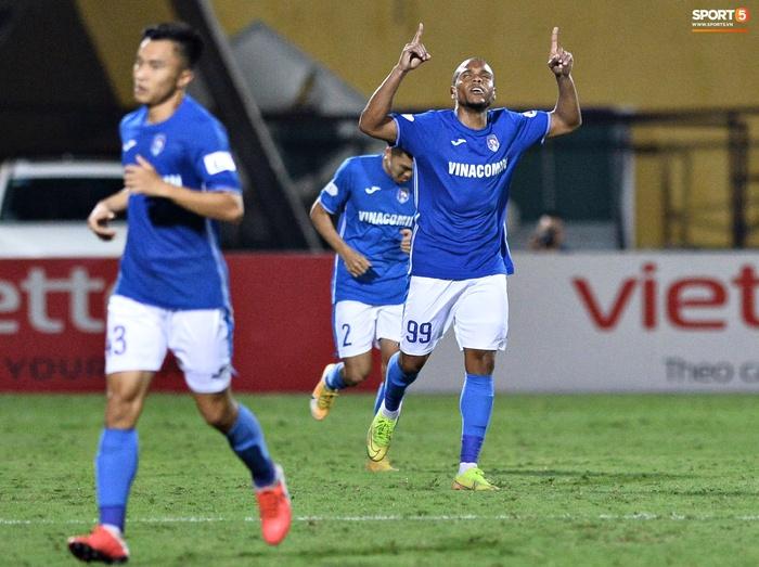 Bộ đôi trung vệ tuyển Việt Nam phì cười sau pha bóng hú hồn của Nguyên Mạnh  - Ảnh 9.