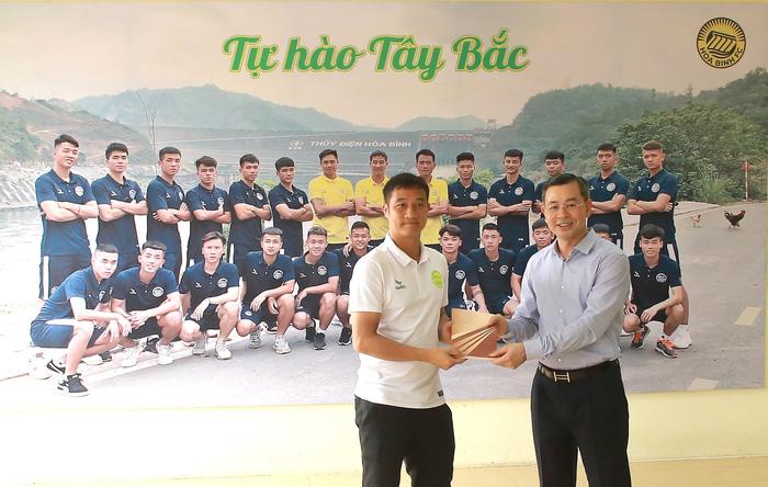 Hoà Bình FC nâng cấp sân hàng tỷ đồng tham dự giải hạng Nhì 2021 - Ảnh 3.