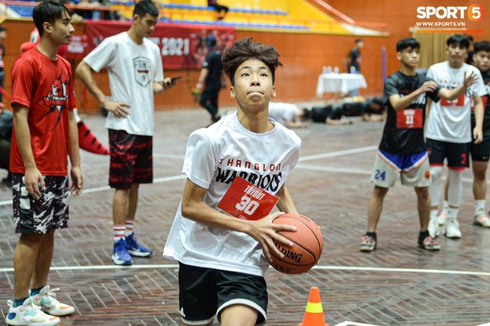 Hà Nội mưa như trút nước, giới trẻ vẫn xếp hàng đông nghịt tham gia Tryout của Thang Long Warriors - Ảnh 12.
