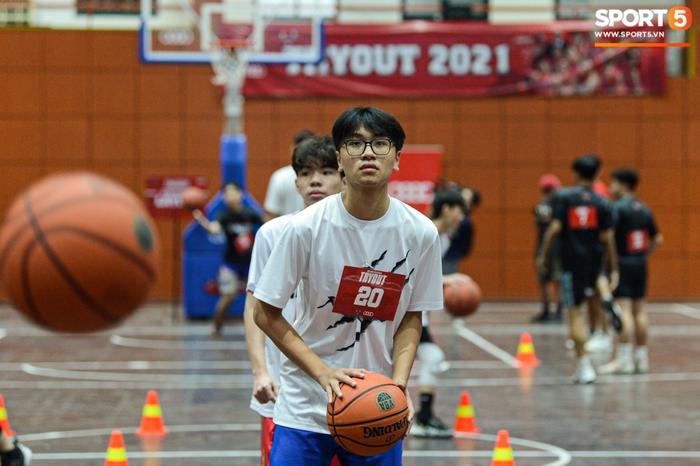 Hà Nội mưa như trút nước, giới trẻ vẫn xếp hàng đông nghịt tham gia Tryout của Thang Long Warriors - Ảnh 11.
