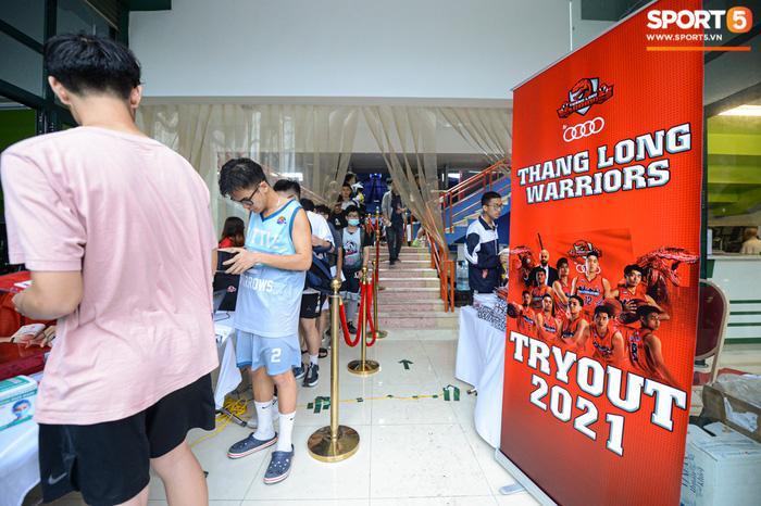 Hà Nội mưa như trút nước, giới trẻ vẫn xếp hàng đông nghịt tham gia Tryout của Thang Long Warriors - Ảnh 1.