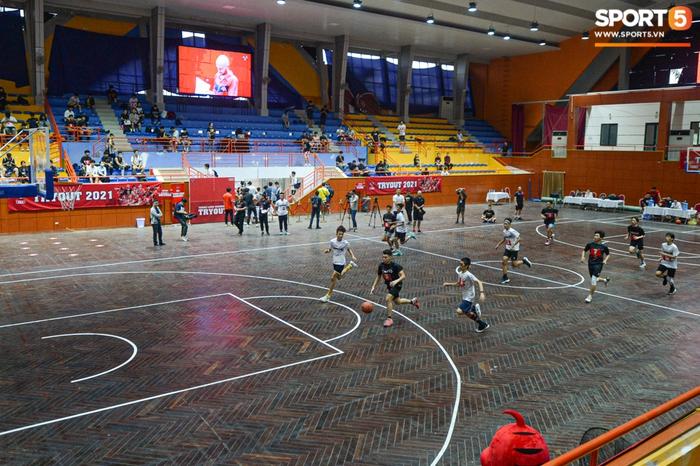 Hà Nội mưa như trút nước, giới trẻ vẫn xếp hàng đông nghịt tham gia Tryout của Thang Long Warriors - Ảnh 10.