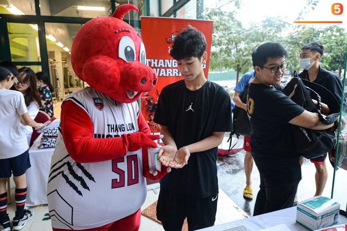 Hà Nội mưa như trút nước, giới trẻ vẫn xếp hàng đông nghịt tham gia Tryout của Thang Long Warriors - Ảnh 2.