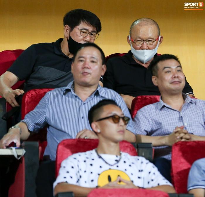 HLV Park Hang-seo có hành động lạ với Nghiêm Xuân Tú trên khán đài sân Hàng Đẫy - Ảnh 2.