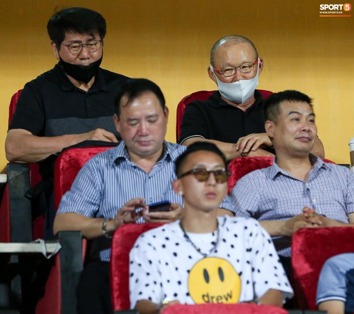 HLV Park Hang-seo có hành động lạ với Nghiêm Xuân Tú trên khán đài sân Hàng Đẫy - Ảnh 1.