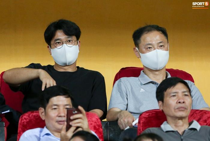 HLV Park Hang-seo có hành động lạ với Nghiêm Xuân Tú trên khán đài sân Hàng Đẫy - Ảnh 5.
