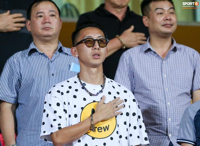 HLV Park Hang-seo có hành động lạ với Nghiêm Xuân Tú trên khán đài sân Hàng Đẫy - Ảnh 6.