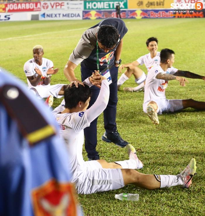 Nguyễn Tuấn Anh ăn mừng cực dị cùng Hữu Tuấn sau trận thắng Hà Nội FC - ảnh 9