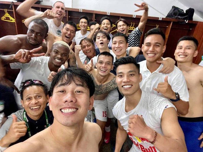 Cầu thủ HAGL nổ tưng bừng sau chiến thắng: Văn Toàn mắng Công Phương tham, Minh Vương đòi có 10 người yêu - Ảnh 1.
