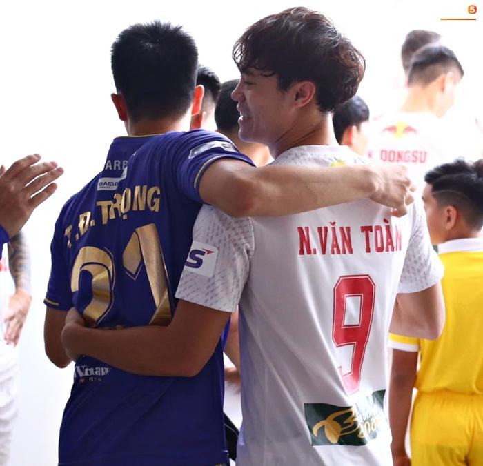 Văn Toàn trở thành đối tượng được các hậu vệ Hà Nội FC yêu thương trước đại chiến - ảnh 5